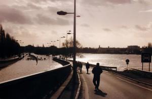 Inondations de la Maine, voie-sur-berges inondée depuis l'échangeur du Doyenné. (01/1995) - ©  Ville d'Angers - Jean-Patrice Campion - Angers, inondations : voie sur berges depuis le rond-point Jean-Moulin. (30/01/1995).