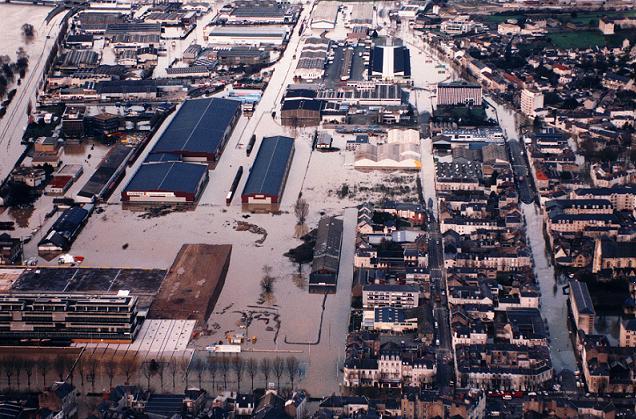 Crédit Ville d'Angers - Jean-Patrice Campion. inondations ZAC, ZI Saint-Serge et MIN (vue aérienne). (30/01/1995).