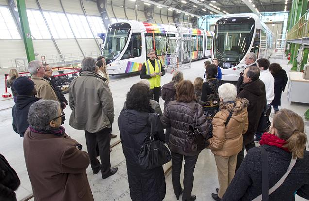 Crédit Thierry Bonnet -Ville d'Angers- Un groupe visitant le centre technique et de maintenance du tramway à Angers.