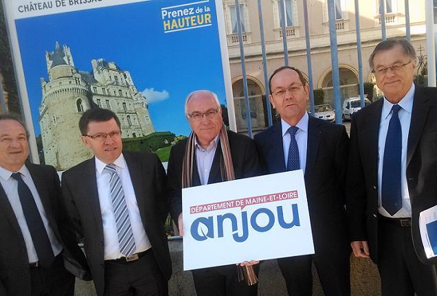 Présentation du nouveau logo du Département par Christian Gillet, Dominique Grimault, Philippe Chalopin, Gilles Grimault et le directeur d'Anjou Tourisme.
