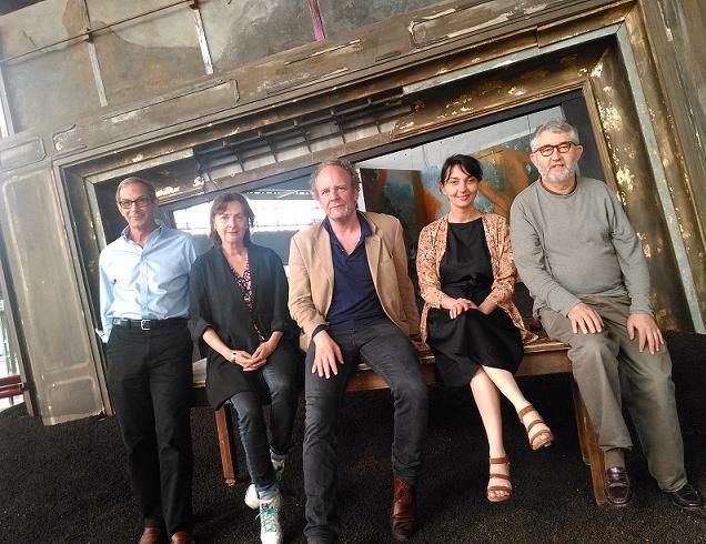 Elue et acteurs du Quai à Angers entourant son nouveau directeur Frédéric Bélier-Garcia