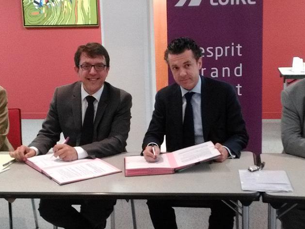Christophe Clergeau et Christophe Béchu signant ce matin l'accord-cadre entre l'agglomération d'Angers et la Région des Pays de la Loire.