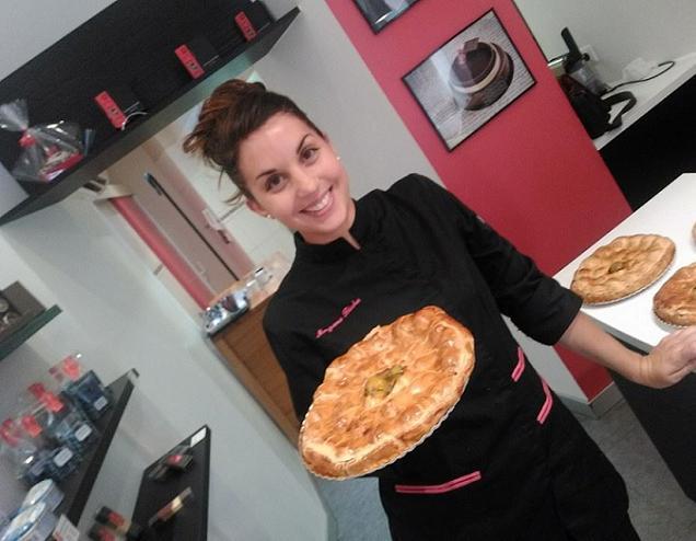 Morgane Béchu, ancienne candidate de l'émission « Qui sera le prochain grand pâtissier » avec un pâté aux prunes qu'elle vient de confectionner.
