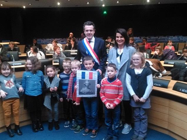 Les enfants de CP à Belle Beille avec le Maire d'Angers et l'adjointe Sophie Lebaupin dans la salle du Conseil Municipal