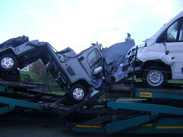DR - Un pont trop bas du Maine-et-Loire ... donne de belles compressions de véhicules !
