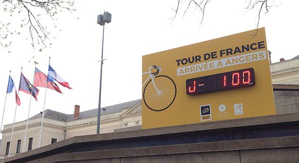 Credit FR- J-100 avant l'arrivée du Tour de France à Angers.