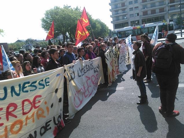 Une nouvelle manifestation organisée dans les rues d'Angers ce mardi 17 mai a fait réponse à la l'article 49.3 mis en place par Manuel Valls imposant l'adoption du texte de la Loi Travail à l'Assemblée Nationale.