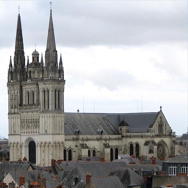 Cathédrale Saint Maurice  à Angers. Le Compagnon du Saint retrouvera sa hallebarde ce matin