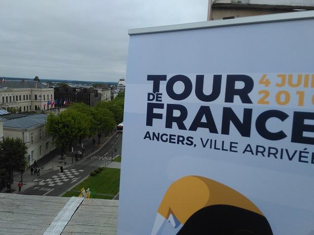 L'arrivée de la 3e étape du Tour de France 2016 aura lieu à Angers le lundi 4 juillet. Evénement sportif mondialement suivi, la Grande Boucle n'était plus passée par les bords de Maine depuis 2004. Le Tour de France entrera dans le Maine-et-Loire à  15h52 par le meilleur horaire dans la commune de Bouillé-Ménard pour un final sur une longue ligne droite dédiée aux sprinteurs à Angers aux alentours de 17h10 au meilleur horaire. Où se joueront les derniers kilomètres de l'étape ? Aux environs de 17 heures, c'est par la route de la Meignanne que les coureurs feront leur entrée à Angers le 4 juillet prochain. Ils descendront vers la Maine par l'avenue René-Gasnier et le boulevard Daviers pour franchir la rivière par le pont de la Haute-Chaîne. Ils remonteront ensuite les boulevards Ayrault et Carnot avant de tourner à droite pour le sprint final devant l'hôtel de Ville. A quelle heure passera le Tour de France chez vous ?