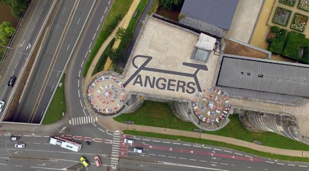 Une scénographie vue du ciel au château d'Angers pour l'arrivée du Tour de France