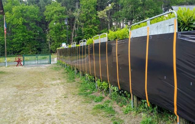 La plus petite commune du Maine-et-Loire comble le manque de panneaux électoraux par de la bâche agricole.