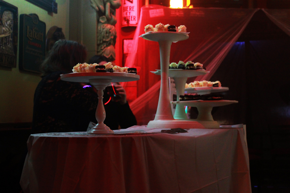 We ate fabulous cupcakes. Snoezeland Benefit. Photo Lili Hudecova