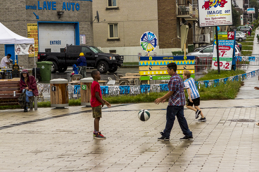 kids who brave the rain to play. Photo LIly Huynh. Velocité