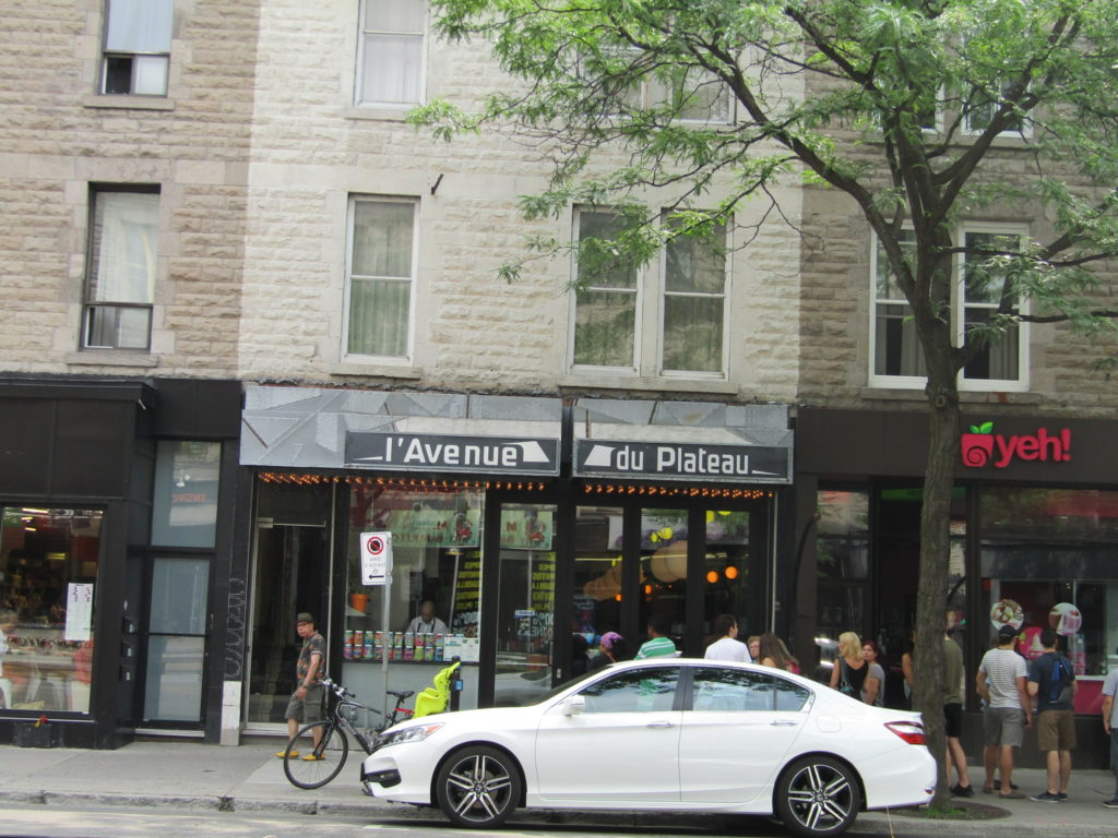 L'Avenue du Plateau. Breakfast. Line. Rue Mt. Royal. Photo Rachel LEvine