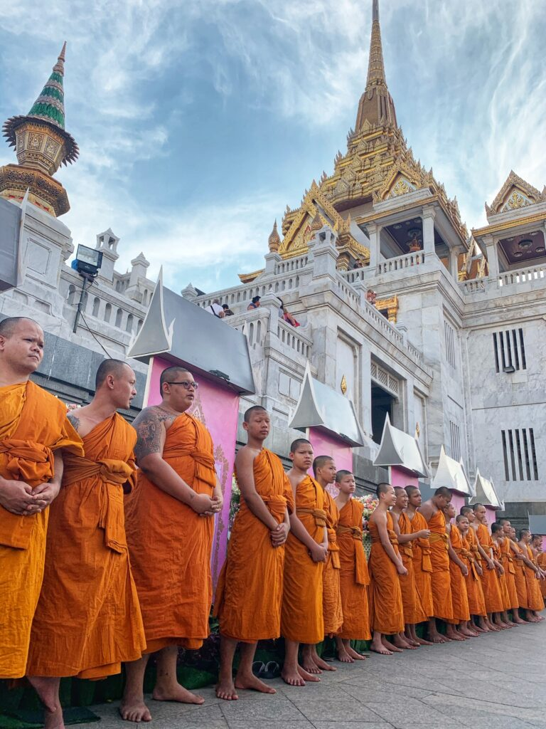 Jóvenes monjes afuera del Gran Buda de Oro
