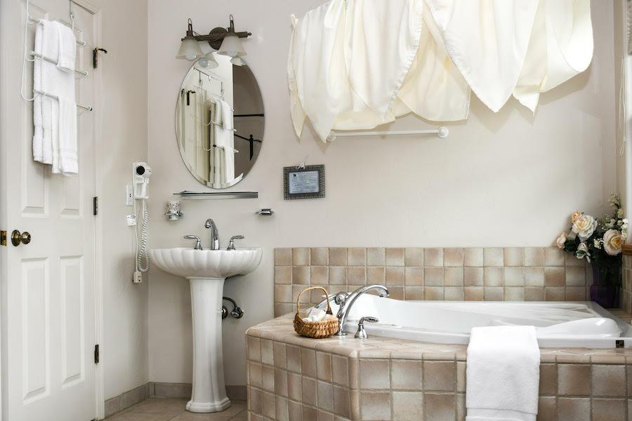 Inn at the Pinnacles Guest Suites Manzanita Room