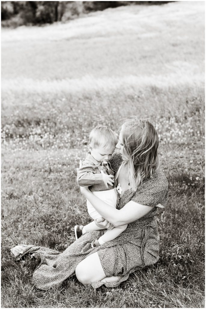 Family photography in grassy field   Mommy and me    Iowa Family Photographer   CB Studio