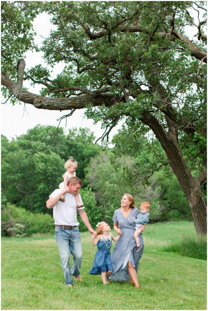 Family photography in grassy field   Iowa Family Photographer   CB Studio