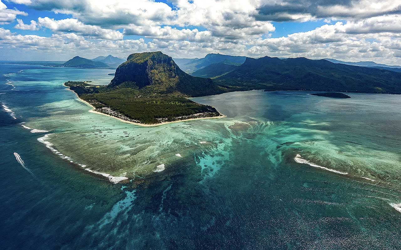 """""""Underwater waterfall"""" illusion at Mauritius island, islands, life, people, facts"""