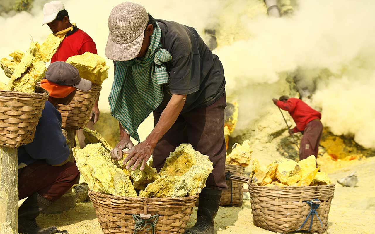 sulfur, mining, Indonesia, facts, life, jobs,
