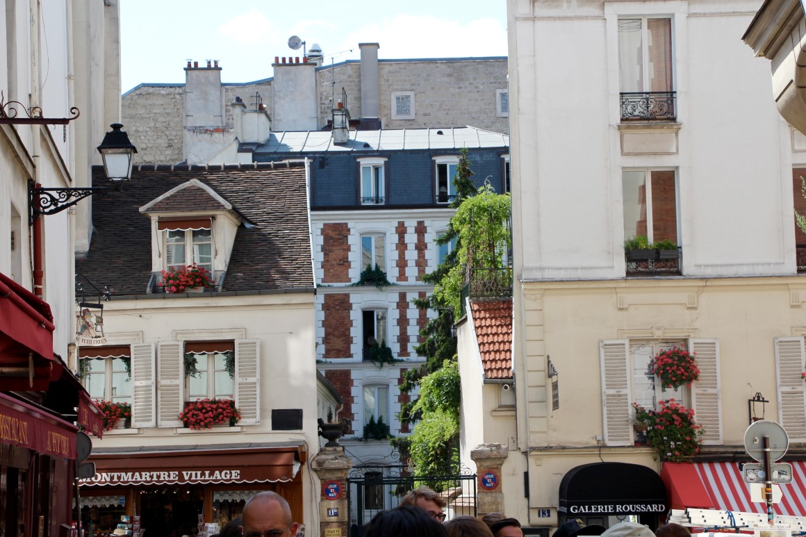 a walking guide through montmartre