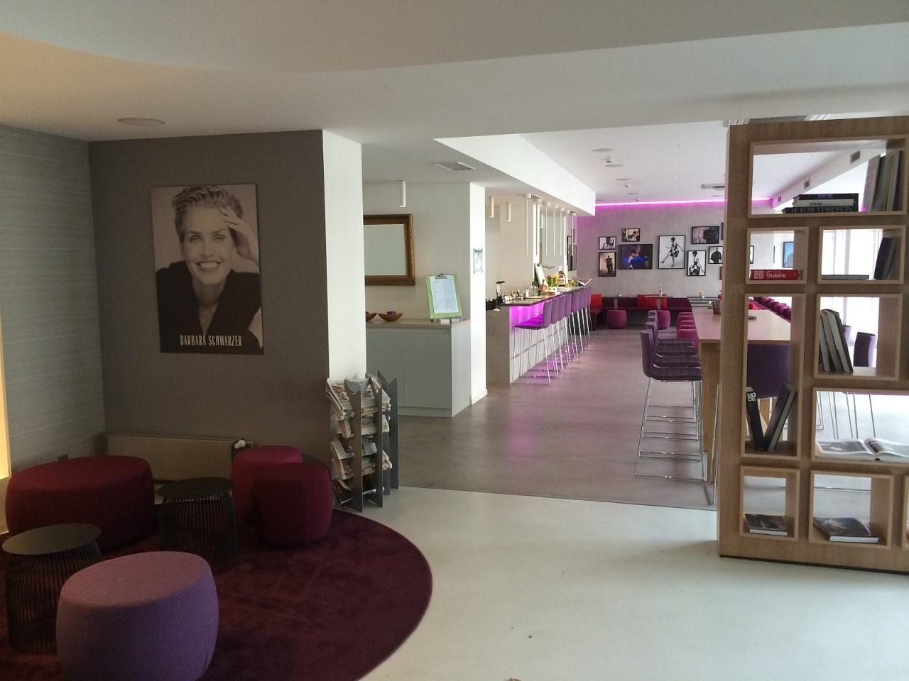 lobby-en-bar-Hotel-Indigo-Dusseldorf