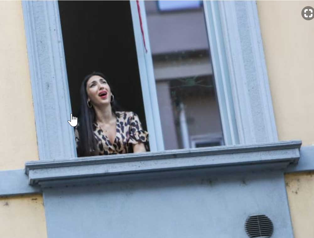 Italian singing from balcony during pandemic.