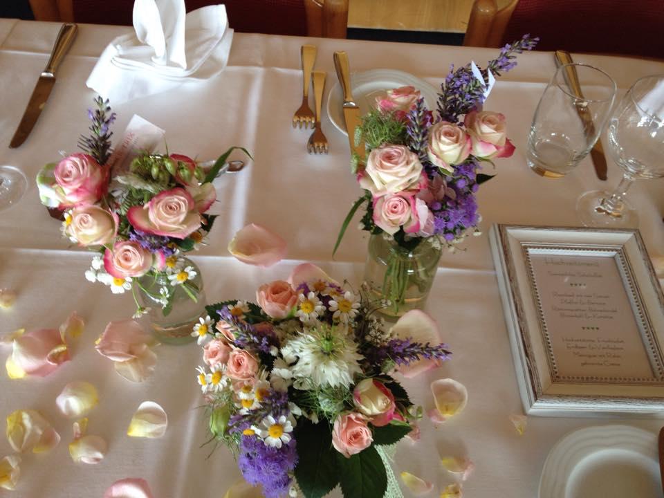Hochzeit Tischdekoration Blumen Vasen