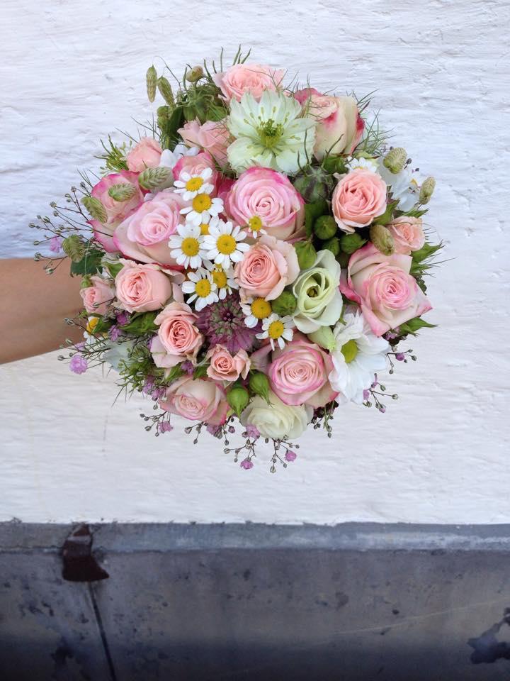 Sommer Hochzeit Brautstrauss Rosen