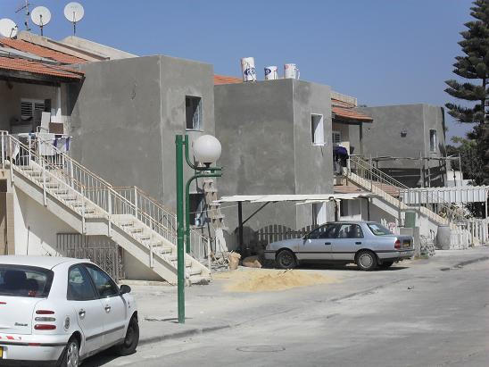 Building new shelters in Sderot, September 15, 2009.