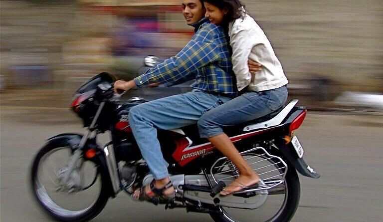 बाइक पर पत्नी के अलावा अन्य को ...