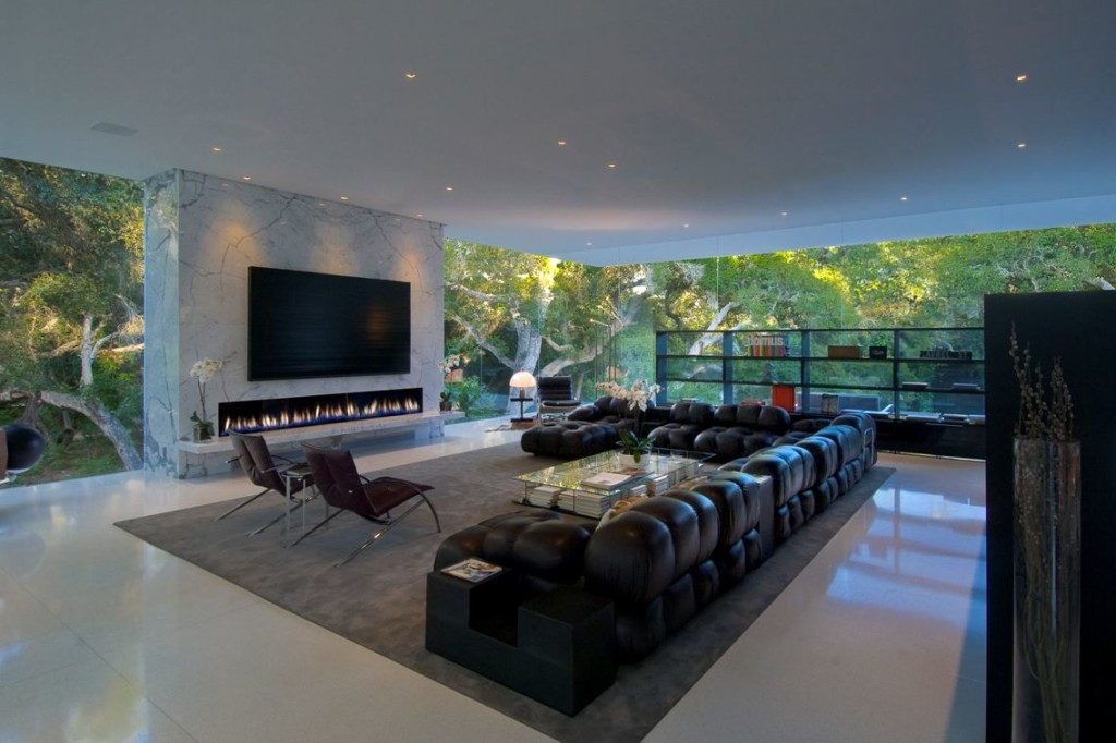 Great-Living-Room-With-Fireplace-And-Luxury-Sofas