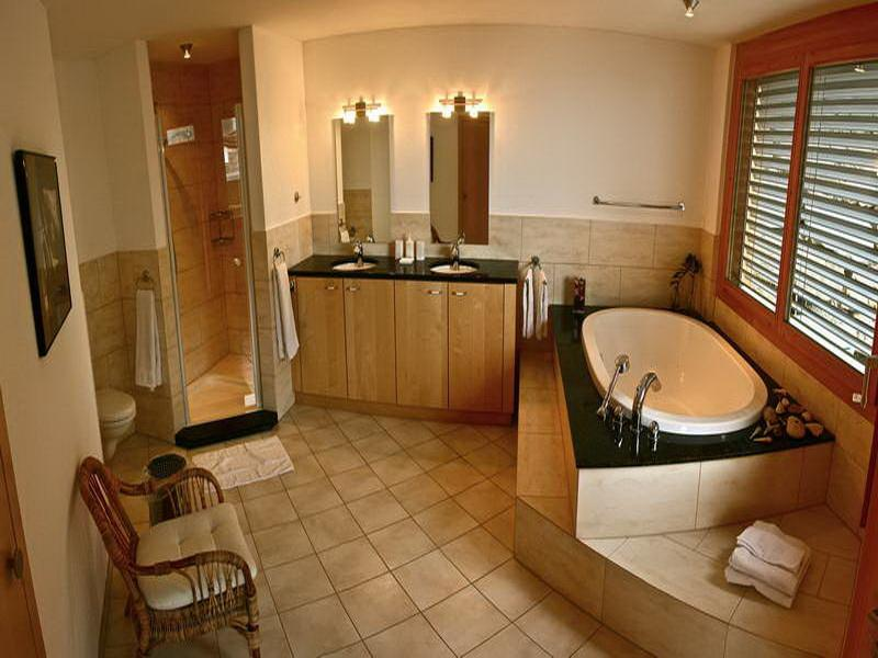 Traditional-Bathroom-Designs-With-Wood-Frame-Window-and-ceramic-flooring