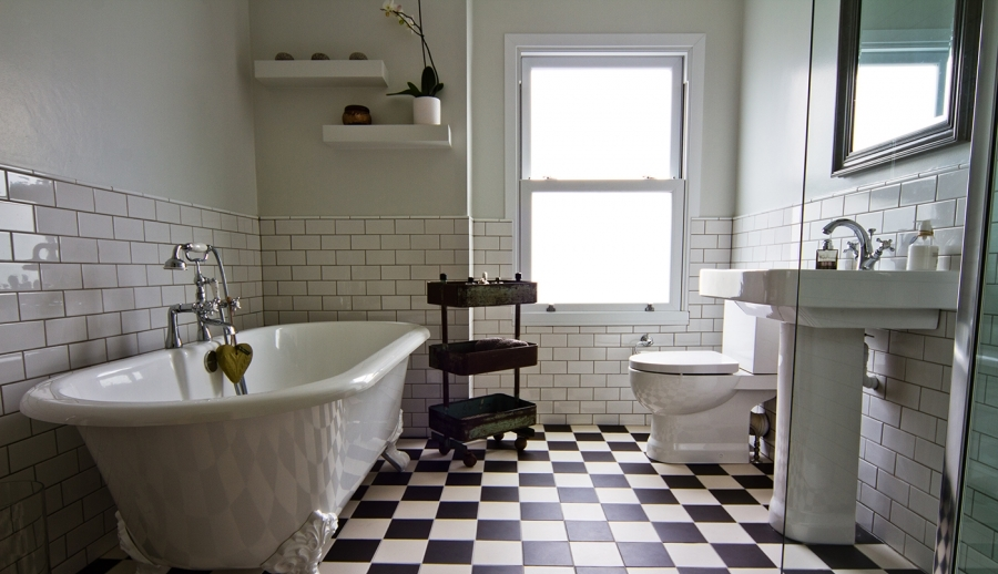 Traditional fresh elegant bathroom