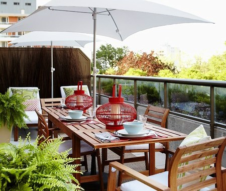 roof-balcony-design-ideas-with-chair-and-table-made-from-wood-with-white-umberella-shades-with-glass-fence