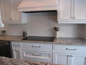 backsplash-with-white-cabinets-