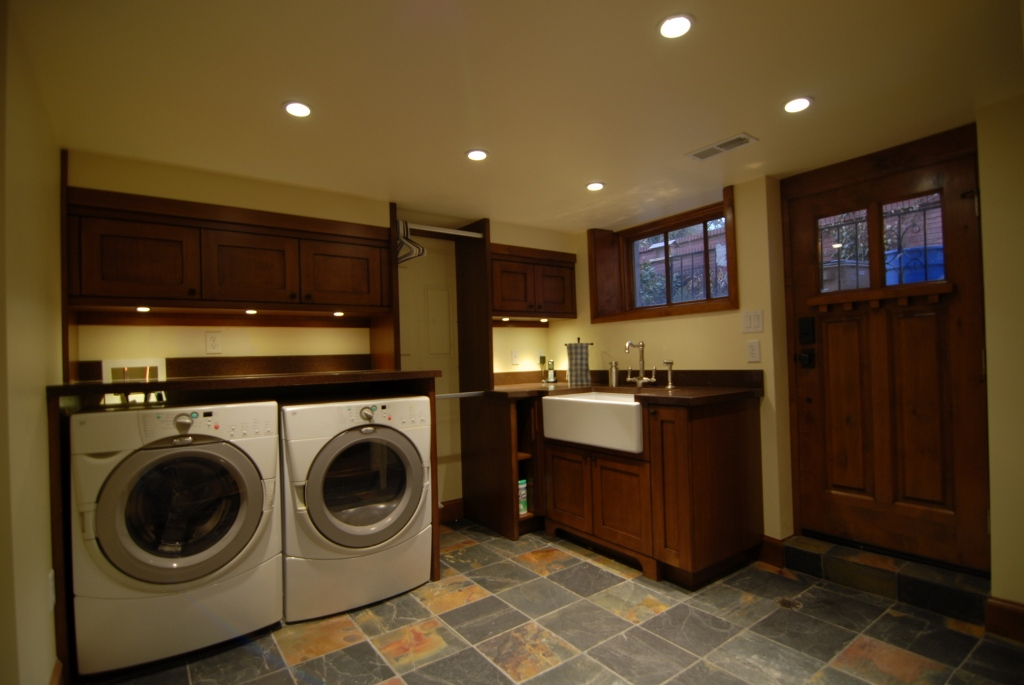 enzy-living-laundry-room-basement-in-a-craftsman