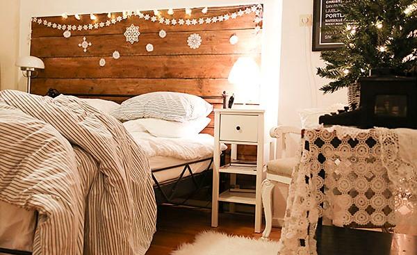 Christmas-decorating-in-the-bedroom-via-Songbirdblog-