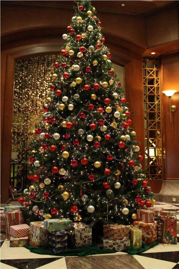 awesome-classic-traditional-christmas-tree-decorations-with-red-and-gold-ball-ornaments