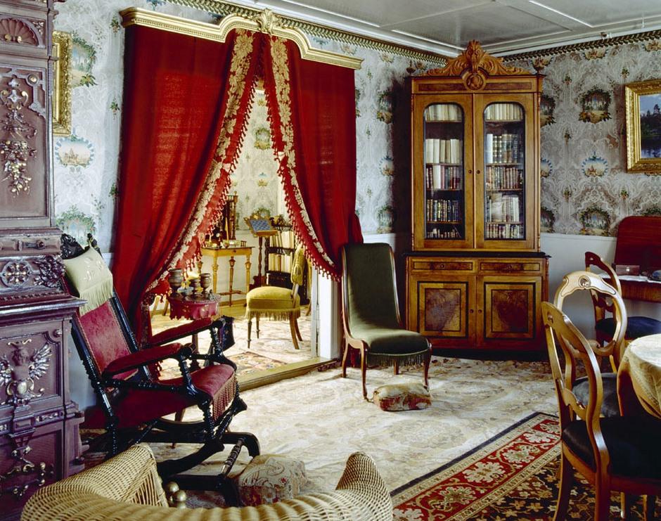 31 Amazing Velevt Drapes And Curtain Decor Ideas