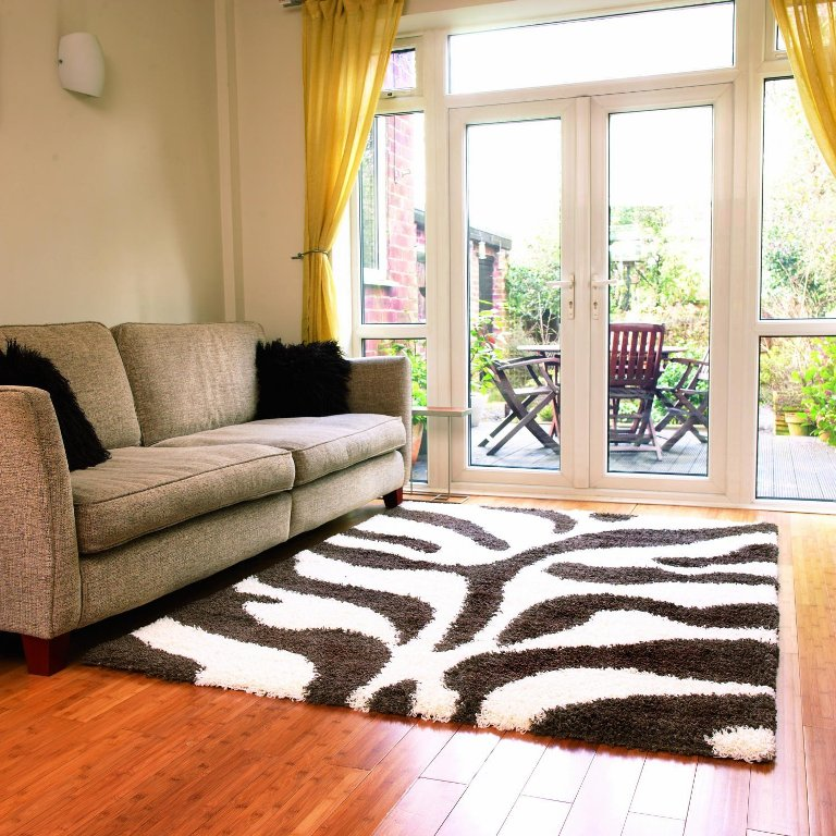 yellow-curtain_-and-fashionable-thick-rug_