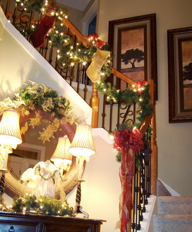 lovely-black-decorating-stairs-christmas