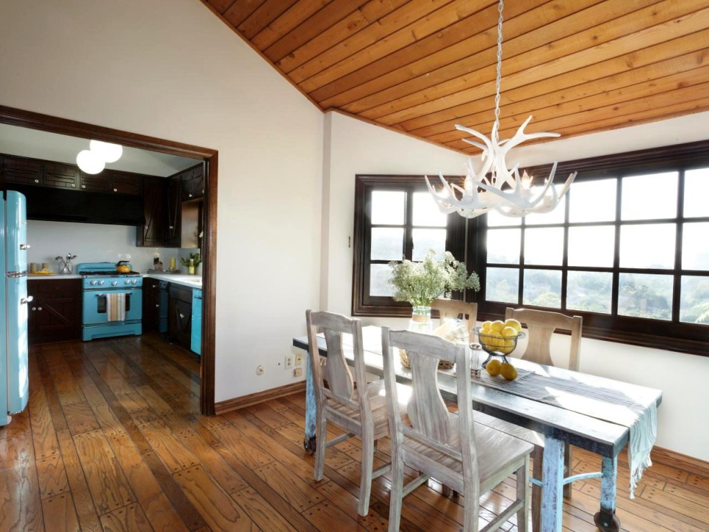 rustic-dining-room-white-faux-antler-chandelier