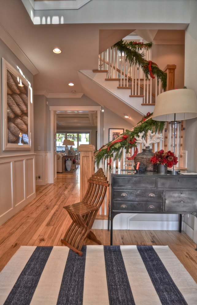 craftsman-style-staircase-christmas-decoration