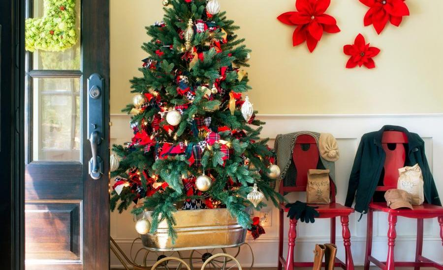 traditional-entryway-christmas-decoration