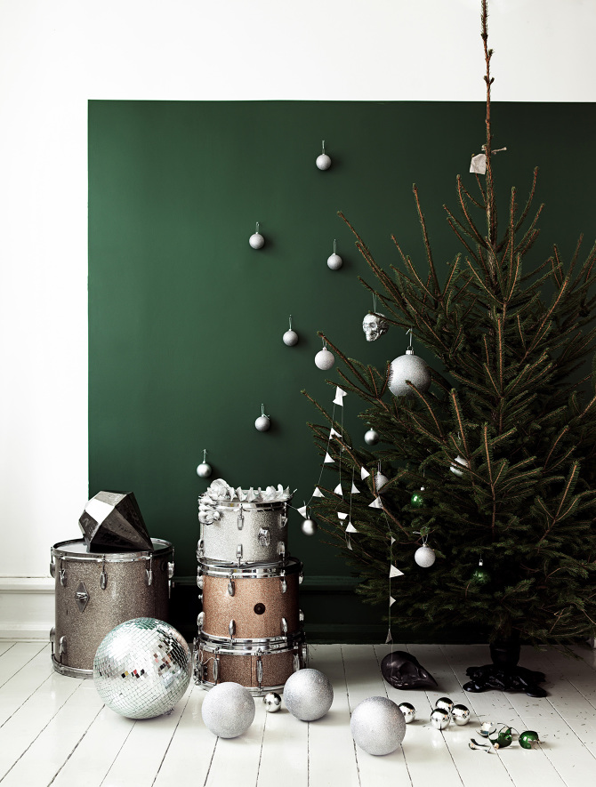 Christmas Tree With Wall Green Paint Thewowdecor