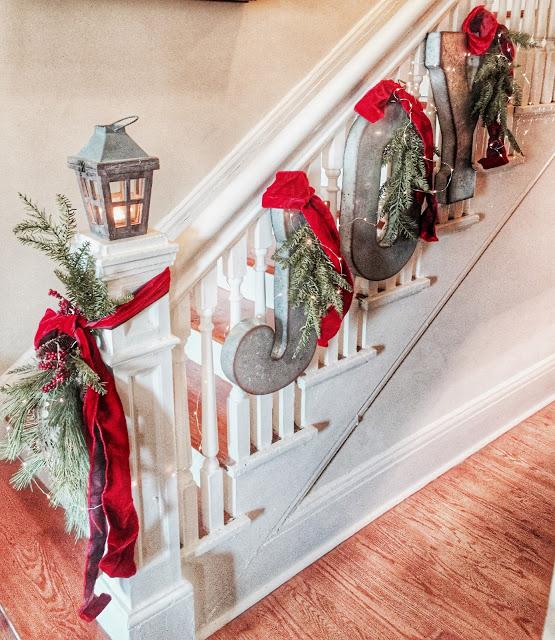 Christmas Stairs Decoration Ideas thewowdecor (20)