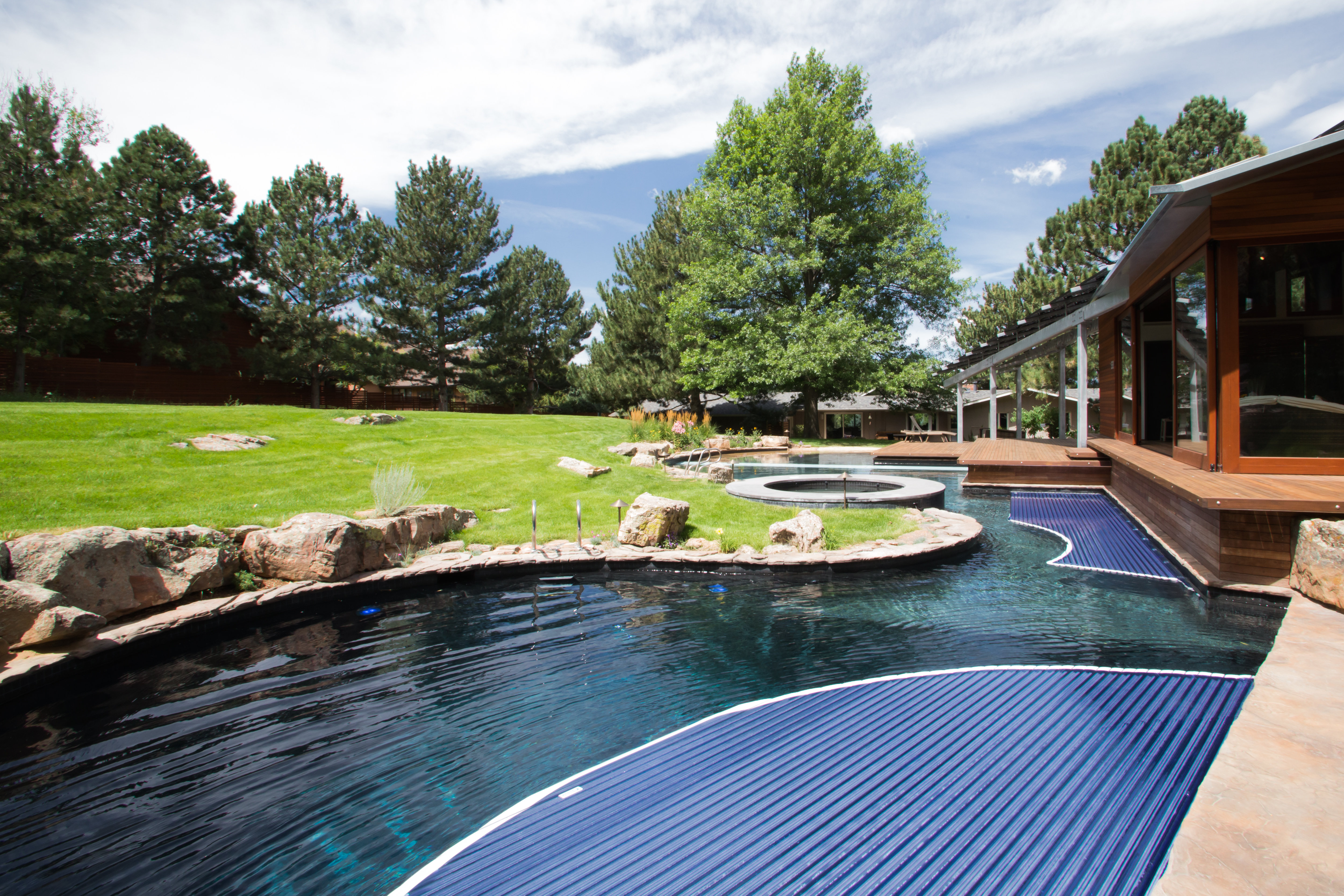 Cubierta de piscina de forma libre de listones rígidos automática Covertech Grando 09