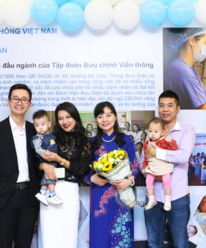BS. Nguyễn Thị Nhã và BS. Vương Vũ Việt Hà chia sẽ niềm hạnh phúc với 1 cặp vợ chồng vô sinh, hiếm muộn được chữa trị thành công.