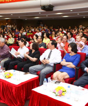 Các vị đại biểu, khách mời lắng nghe phát biểu của BS. Nguyễn Thị Nhã - Trưởng trung tâm HTSS-Bệnh viện Bưu Điện